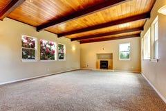 Nowej ampuły pusty żywy pokój z drewnianym sufitem i grabą. zdjęcia stock