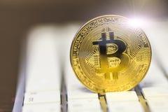 Nowej sieci wirtualny pieniądze - Bitcoin moneta na klawiaturze Cryptocurrency pieniężny pojęcie Zdjęcia Stock