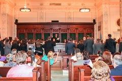 Nowi adwokaci jest przysięgli wewnątrz i dzwonią Oklahoma miasta Oklahoma usa Maj 2 2012 podczas gdy przyjaciel i rodzinny bierze zdjęcia stock