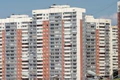 Nowi budynki nad błękita jasnego bezchmurnym niebem Obraz Stock