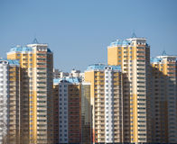 Nowi budynki nad błękita jasnego bezchmurnym niebem Zdjęcia Royalty Free