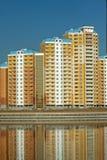Nowi budynki nad błękita jasnego bezchmurnym niebem Obrazy Stock