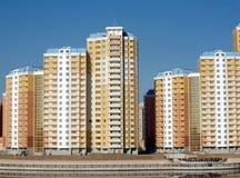 Nowi budynki nad błękita jasnego bezchmurnym niebem Obrazy Royalty Free