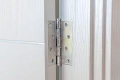 Nowi drzwiowi zawiasy Aluminiowi na białym drzwi obraz royalty free