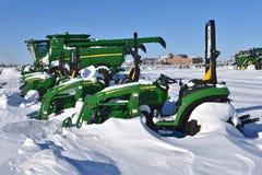 Nowi John Deere gazonu kosiarzi zakrywający z śniegiem zdjęcia stock