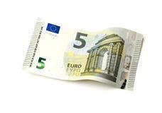 Nowi pięć Euro rachunek odizolowywający Zdjęcia Royalty Free