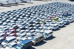 Nowi samochody i samochody dostawczy w porcie Barcelona Obrazy Royalty Free