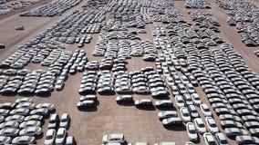 Nowi samochody zakrywający w ochronnych białych prześcieradłach Fotografia Royalty Free