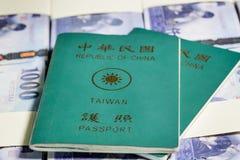 Nowi Tajwańscy dolary w stertach z ROC paszportem Fotografia Royalty Free