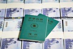 Nowi Tajwańscy dolary w stertach z ROC paszportem Zdjęcie Stock