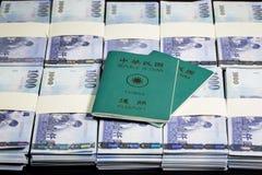 Nowi Tajwańscy dolary w stertach z ROC paszportem Obraz Royalty Free