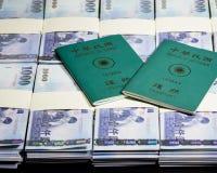 Nowi Tajwańscy dolary w stertach z ROC paszportem Zdjęcia Stock