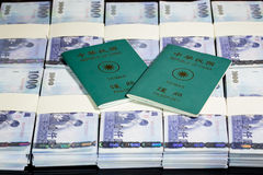 Nowi Tajwańscy dolary w stertach z ROC paszportem Obraz Stock