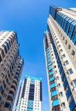 Nowi wysocy budynki mieszkaniowi przeciw niebieskiemu niebu Obraz Stock