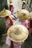 Nowicjusz magdalenki odprowadzenie z bambusowym kapeluszem fotografia royalty free