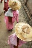 Nowicjusz magdalenki odprowadzenie z bambusowym kapeluszem zdjęcie stock