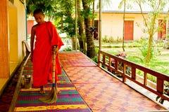 Nowicjusza mnich buddyjski nadrzeczna świątynia w Kampot, Kambodża Obraz Royalty Free