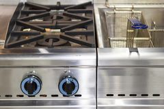 Nowożytna benzynowa kuchenka robić od stali, obsada groszak z głębokim fryer garnkiem z nierdzewnym koszem lub żelazo lub obrazy royalty free