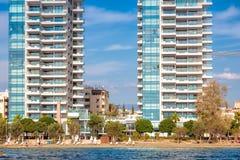 Nowożytna mieszkaniowa architektura przy Limassol nadbrzeża deptakiem Cypr fotografia stock