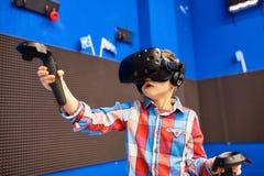 Nowożytna technologia, hazard i ludzie pojęć, - chłopiec w rzeczywistości wirtualnej słuchawki lub 3d szkłach bawić się gra wideo obrazy stock