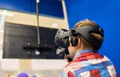 Nowożytna technologia, hazard i ludzie pojęć, - chłopiec w rzeczywistości wirtualnej słuchawki lub 3d szkłach bawić się gra wideo obraz stock