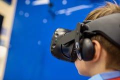 Nowożytna technologia, hazard i ludzie pojęć, - chłopiec w rzeczywistości wirtualnej słuchawki lub 3d szkłach bawić się gra wideo obrazy royalty free