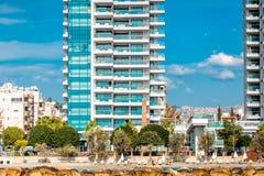 Nowożytni budynki mieszkalni i zwyczajny przejście wzdłuż nadbrzeża cibory Limassol molo zdjęcia royalty free