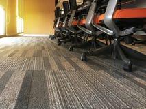 Nowożytni wzorzyści dywany w pokojach konferencyjnych, seminaryjni pokoje w współczesnych budynkach, Boczny widok powierzchnia bi zdjęcie stock