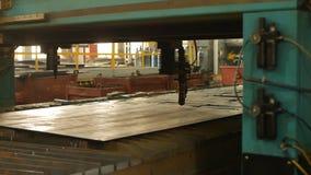 Nowożytny automatyczny osocza rozcięcie metal laserem w produkcji, laserowa tnąca maszyna, w górę, przemysł, pracuje zbiory