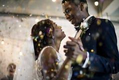 Nowożeńcy afrykańskiego pochodzenia pary Dancingowy Ślubny świętowanie