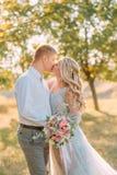 Nowożeńcy buziak na ślubie państwa młodzi szczerze przedstawienie ich uczucia dziewczyna z blond fryzurą w a obraz stock