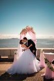 Nowożeńcy całują blisko linii brzegowej Fotografia Royalty Free