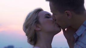 Nowożeńcy całuje, młodzi kochankowie na lecie datują outside, namiętni powiązania zbiory