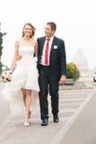 Nowożeńcy chodzi w ulicie fotografia stock
