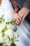 Nowożeńcy momenty po ich małżeństwo ceremonii Zdjęcie Royalty Free