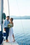 Nowożeńcy na jachcie Zdjęcia Royalty Free
