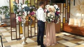 Nowożeńcy Nowożeniec i panna młoda Nowożeńcy poślubiający po prostu się zdjęcie wideo