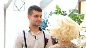 Nowożeńcy Nowożeniec i panna młoda Nowożeńcy poślubiający po prostu się zbiory wideo