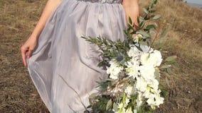 Nowożeńcy Panna młoda Nowożeńcy poślubiający po prostu się szczęśliwa dziewczyna piękna kobieta zbiory wideo