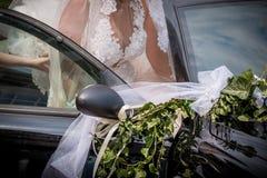 Nowożeńcy panna młoda w dekorującym ślubnym samochodzie fotografia royalty free