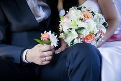 Nowożeńcy para z ślubnym bukietem Zdjęcia Royalty Free