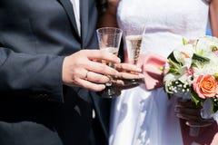 Nowożeńcy para z szkłami campagne Obraz Stock