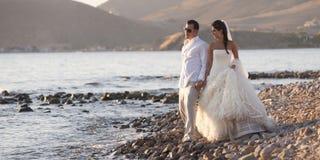 Nowożeńcy pary odprowadzenie na otoczaka kamienia plaży Zdjęcie Royalty Free
