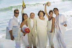 Nowożeńcy pary Z Rodzinną odświętnością Na plaży obraz royalty free