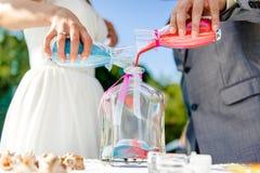 Nowożeńcy podczas piasek ceremonii Obrazy Stock