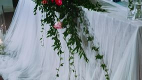 Nowożeńcy prezydium dekorujący z kwiatu przygotowania z świeczkami w wazie i łuku, dyskotek światła pracuje zbiory