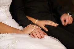Nowożeńcy przy kościół katolickim Zdjęcia Royalty Free