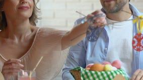 Nowożeńcy przygotowywa dla wielkanocy, dekoruje gałąź z zabawkarskimi jajkami, twórczość zbiory