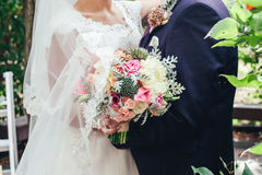 Nowożeńcy ręka z bukietem Obrazy Stock