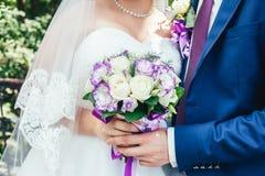 Nowożeńcy ręka z bukietem Obraz Royalty Free